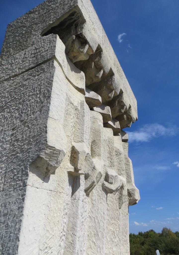 Dieses Mahnmal für die Opfer des KZ Plaszow schucf Witold Cęckiewicz 1964.